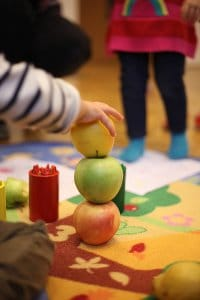 detail postavenych jablcok skolka bratislava