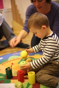 dietatko sa hra s jablckami a ceruzkami v montessori hernicke