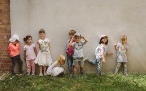 obrazok vesele deticky stoja pred murom montessori skolky m16 bratislava