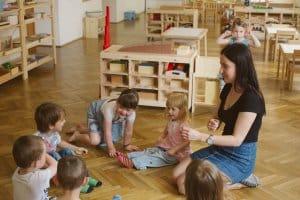 sprievodkyna vysvetluje detickam v montessori hernicke ruzinov