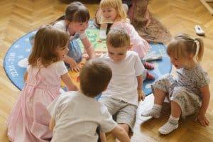 stastne deti v strede miestnosti individualny pristup v m16 skolka bratislava