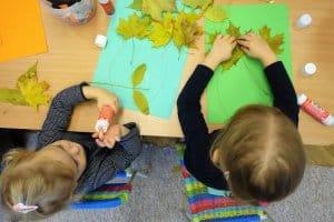 deti vytvaraju obrazy z listia montessori hernicky